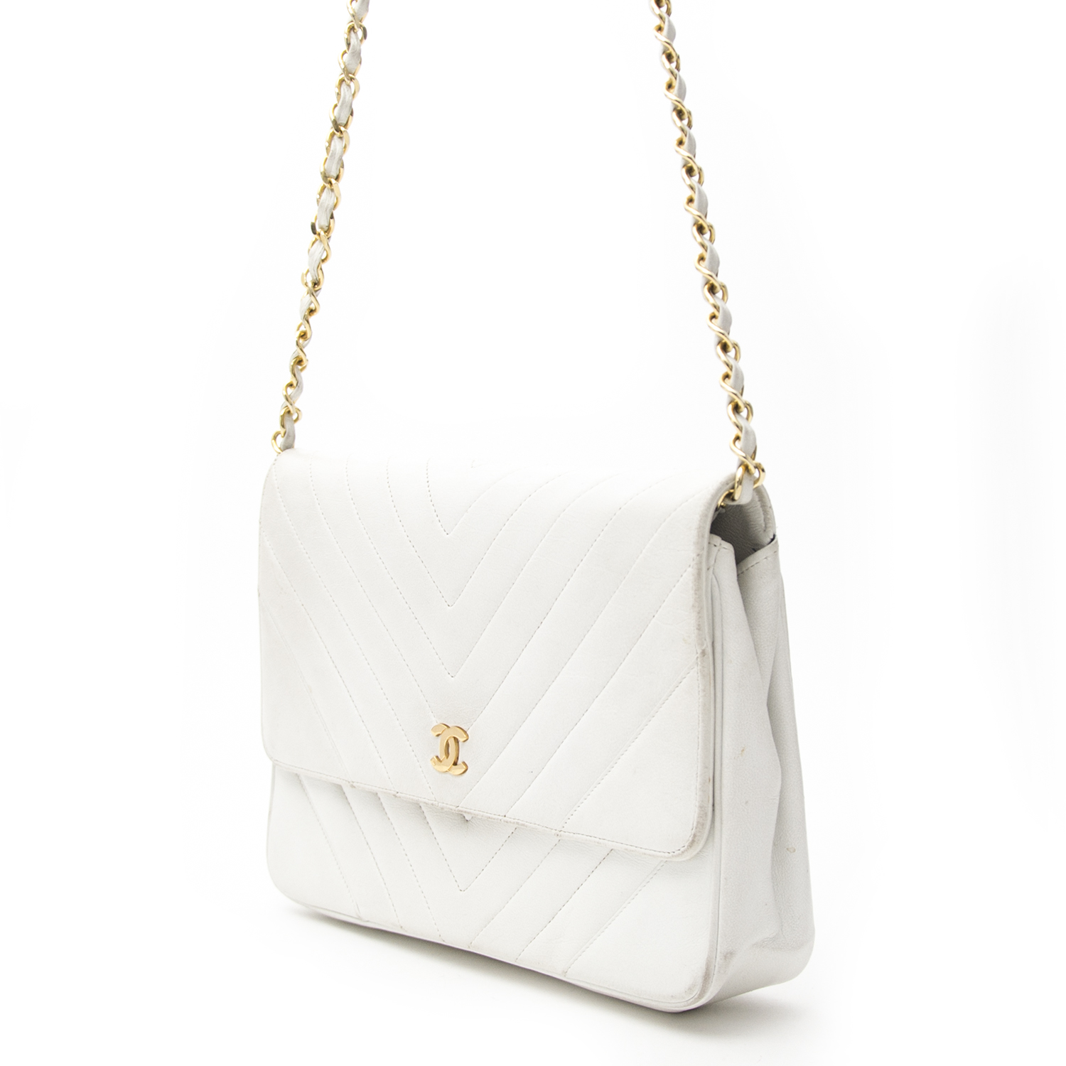 Vintage Chanel white chevron flap bag for the best price at Labellov webshop. Safe and secure online shopping with 100% authenticity. Vintage Chanel blanc chevron sac à bandoulière pour le meilleur prix.