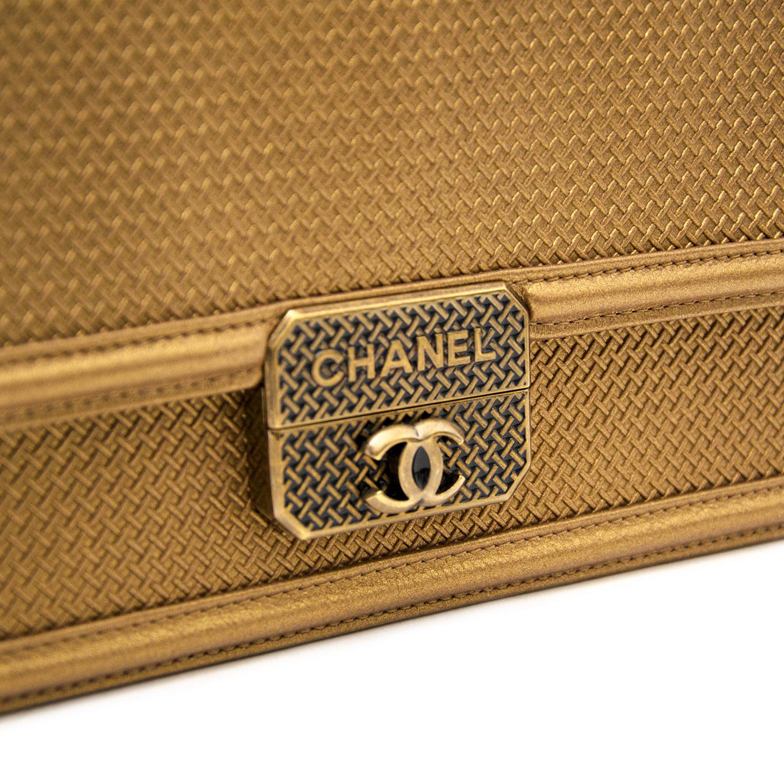 Bent u op zoek naar een nieuwe handtas? Koop uw authentieke Chanel gouden lederen handtas bij Labellov in Antwerpen.