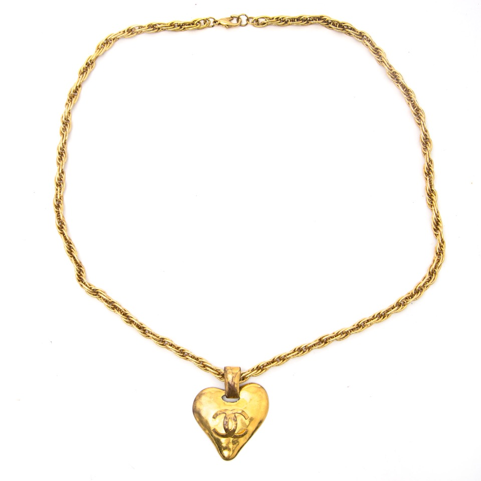 Buy vintage Chanel golden necklace for the best price at Labellov webshop. Safe and secure online shopping with 100% authenticity. Acheter vintage Chanel golden necklace pour le meilleur prix.