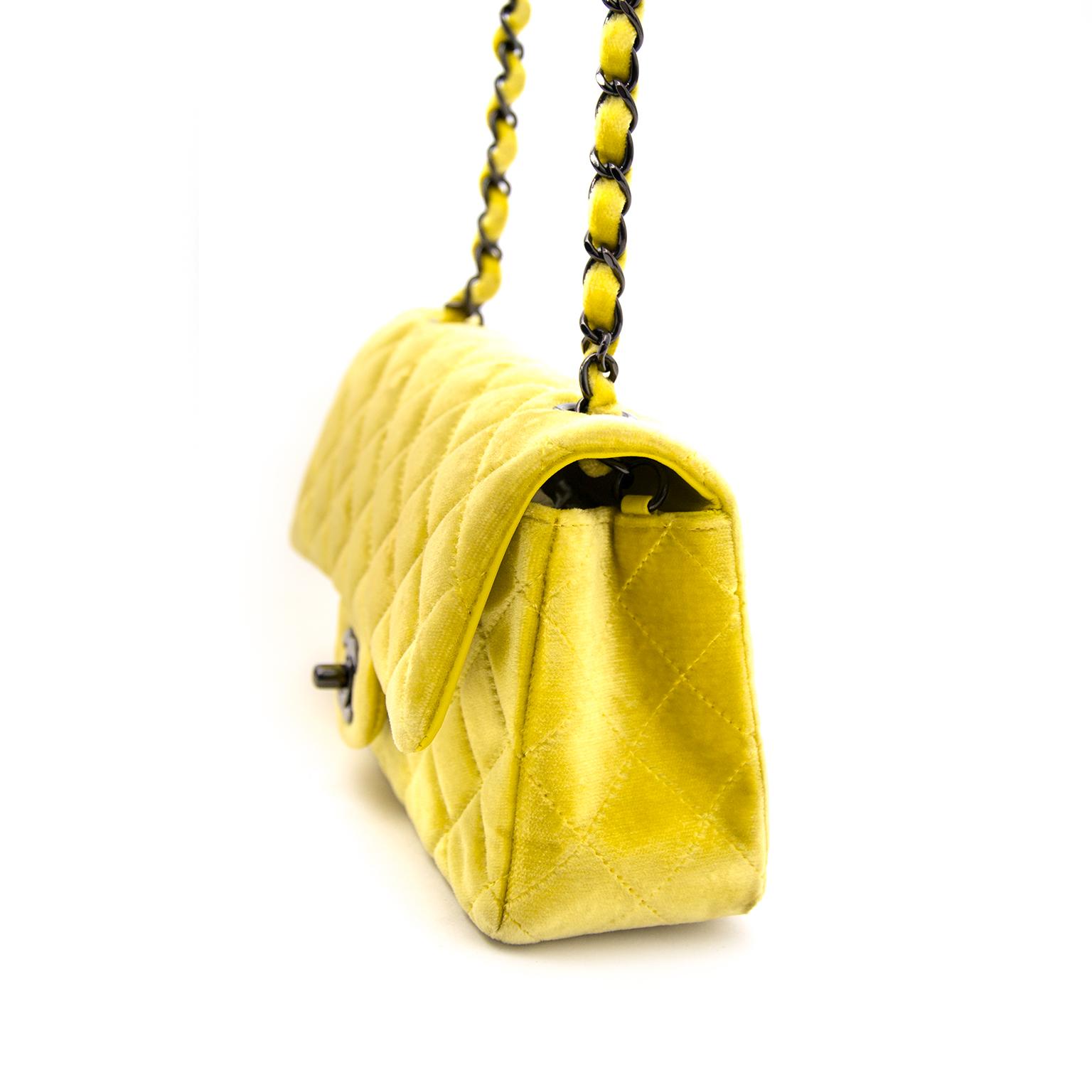 acheter en ligne chanel jaune velvet classic new mini flap bag pour le meilleur prix