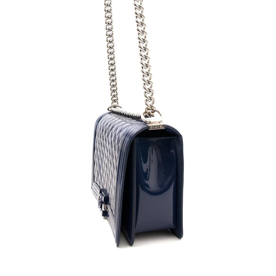 Echte Chanel blue patent leather boy bag nu te koop op www.labellov.com