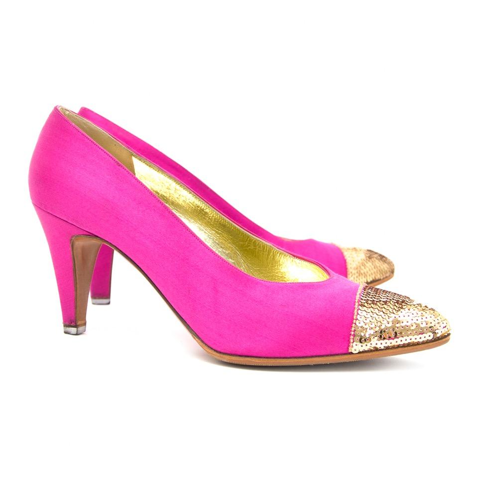 Authentieke Chanel rose hakken met gouden glitters juiste prijs bij LabelLOV vintage webshop. Chanel pink pumps with golden sequins. Veilig online winkelen. Luxe, vintage, mode. Antwerpen, België.