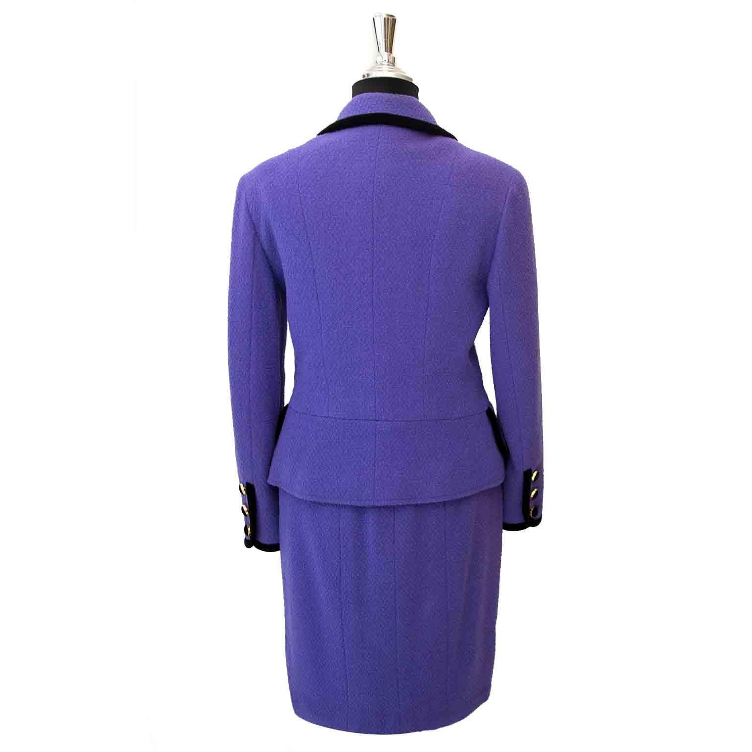 Bent u opzoek naar een Chanel Purple Tailleur Set?