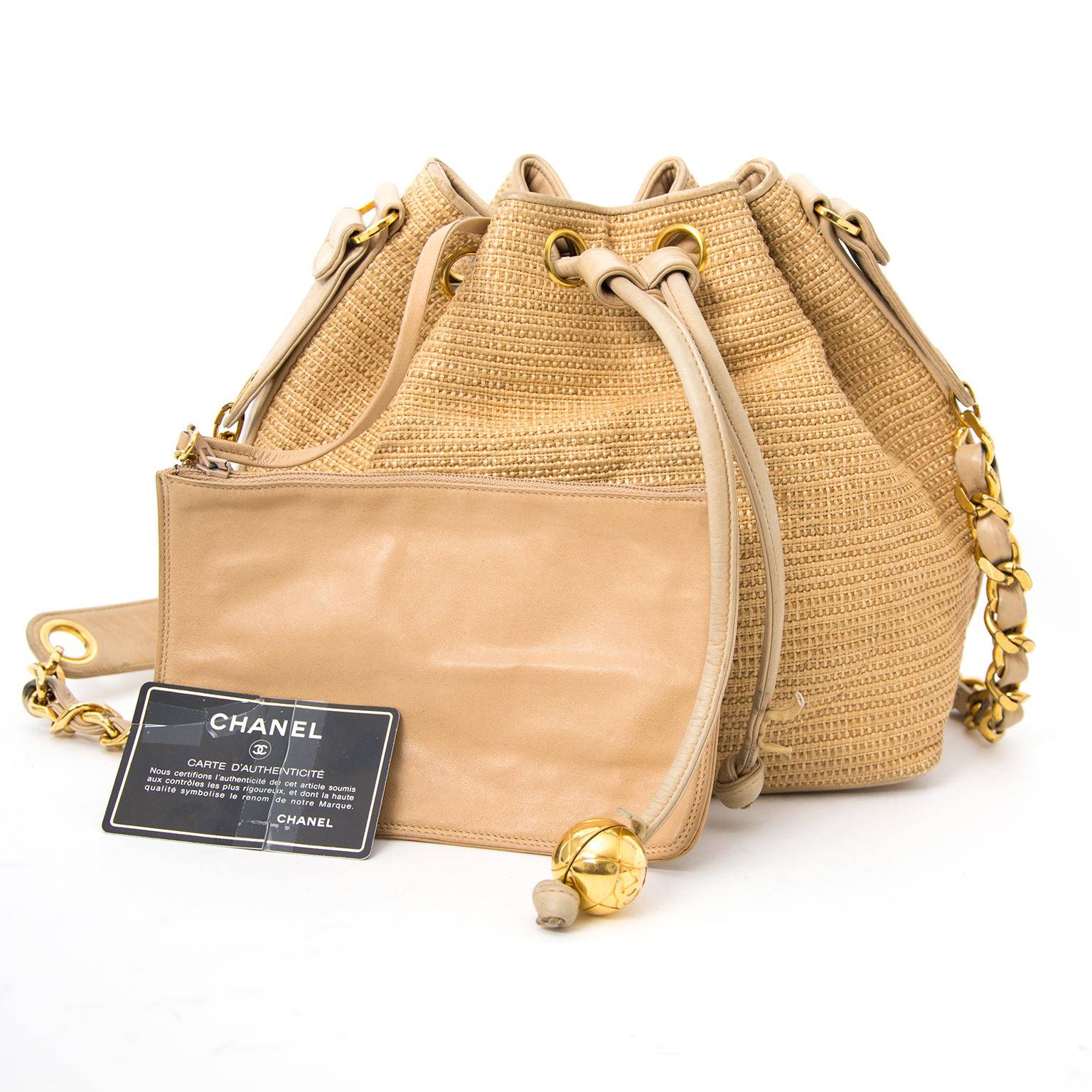 koop veilig online  of in shop jou tweedehands Chanel Vintage beige schoudertas aan de beste prijs 100% authentiek