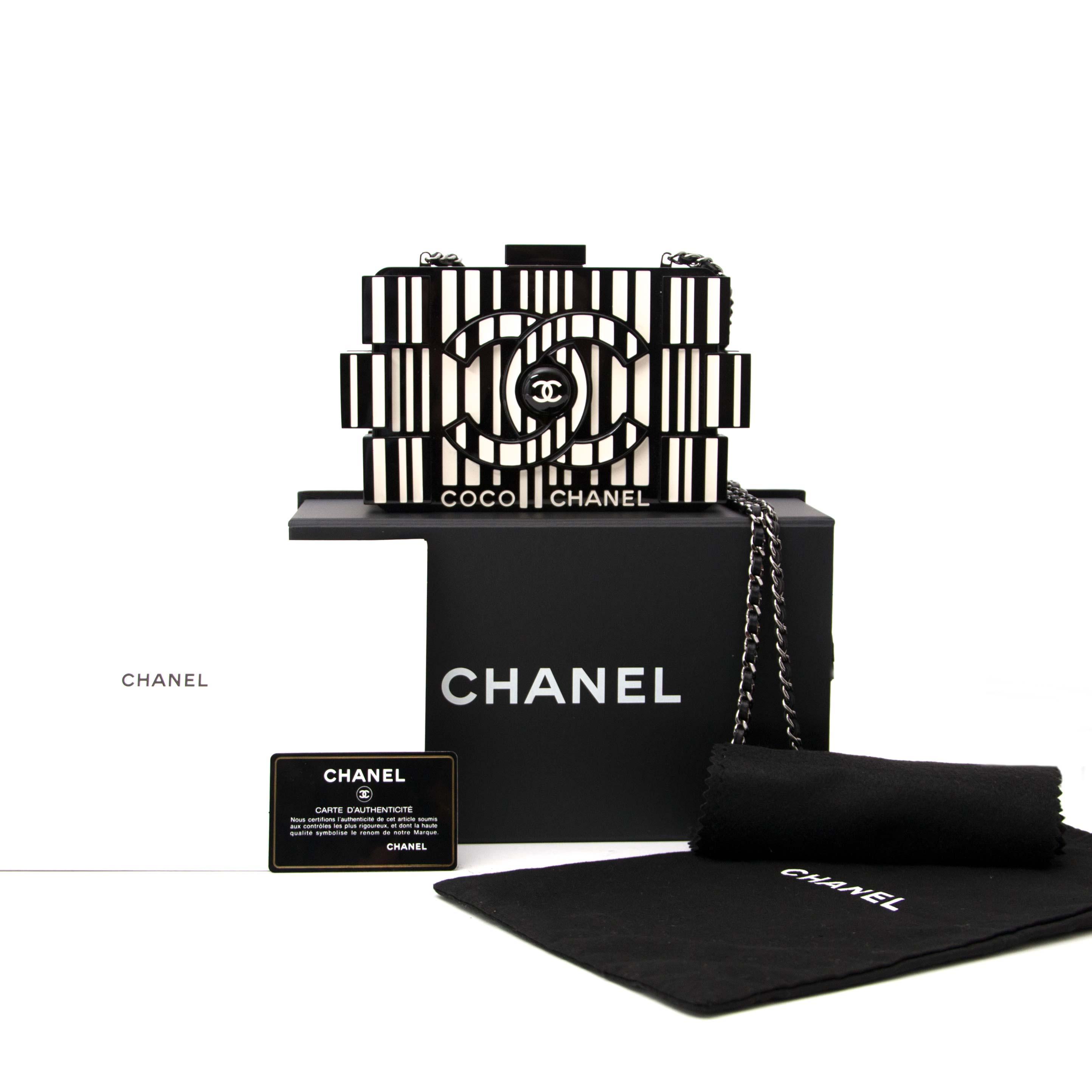 vindt deze exclusieve chanel zwart met witte clutch uit plexiglas nu bij labellov.com tegen de beste prijs