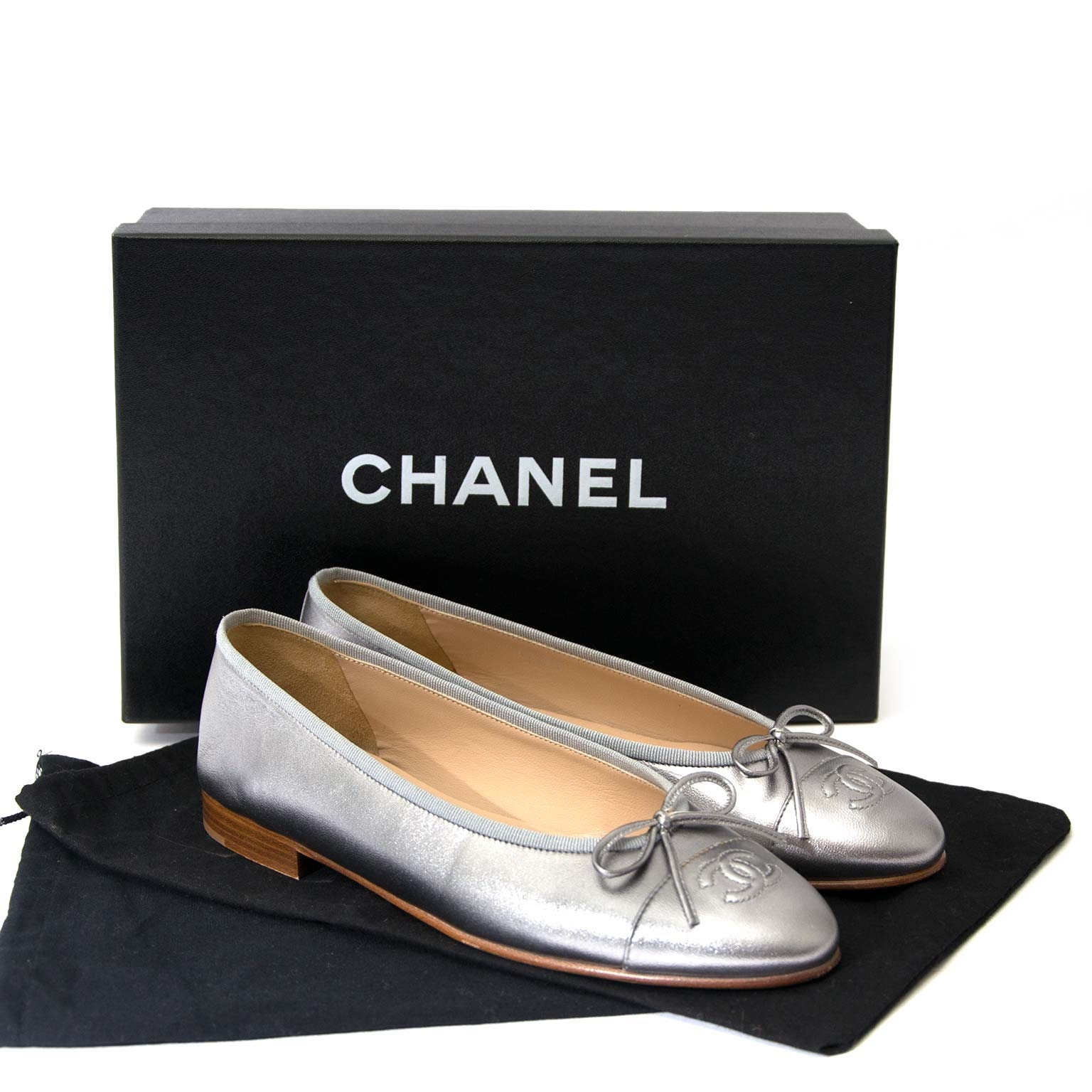 Chanel CC Silver Leather Ballerina Flats - Size 38 Buy authentic designer Chanel secondhand shoes at Labellov at the best price. Safe and secure shopping. Koop tweedehands authentieke Chanel schoenen bij designer webwinkel labellov.