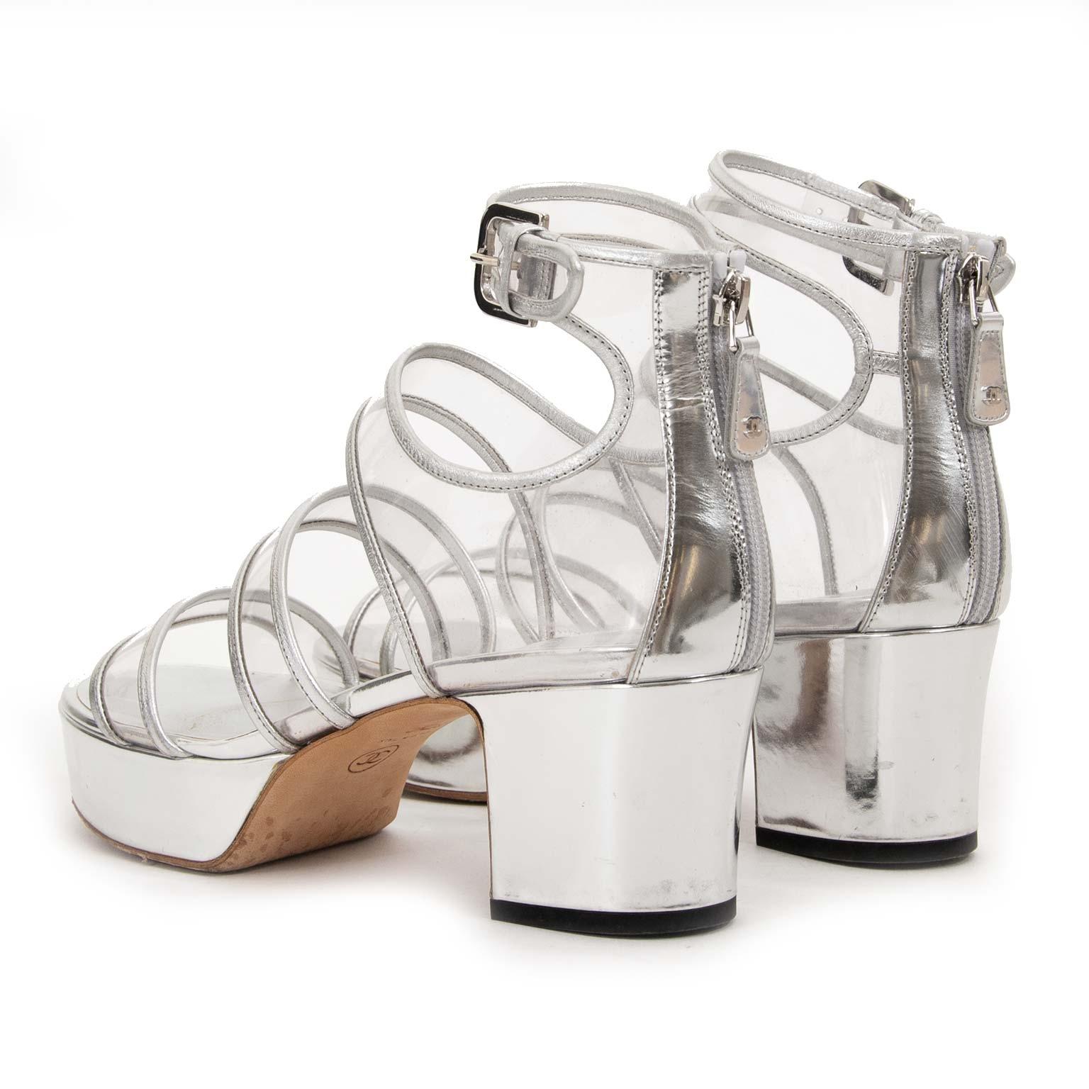 koop Chanel Metallic Silver PVC Platform Sandals - Size 37,5 bij labellov aan de beste prijs
