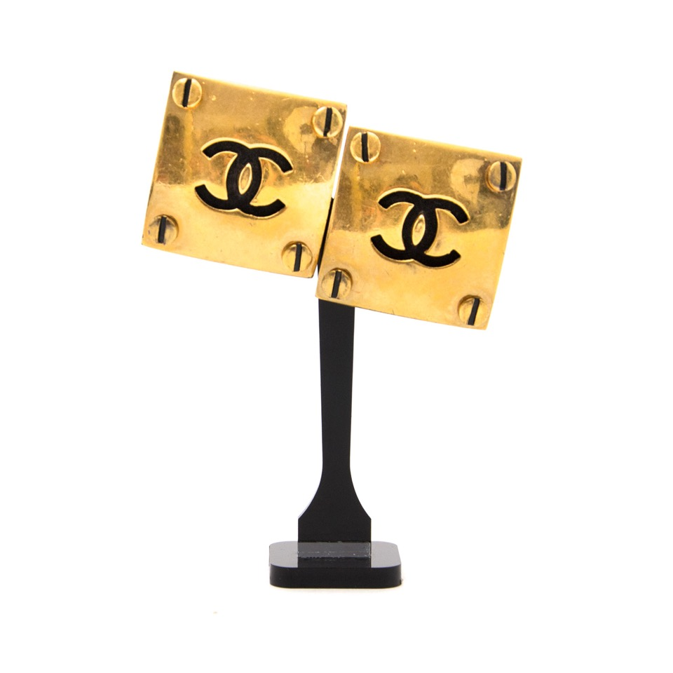 Buy vintage Chanel earrings for the best price at Labellov webshop. Safe and secure online shopping with 100% authenticity. Acheter vintage Chanel pour le meilleur prix.