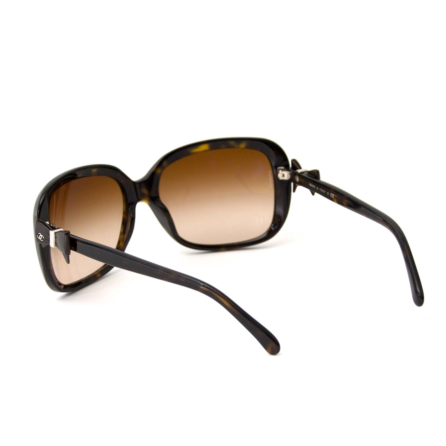 Chanel Brown Large Tortoise Sunglasses With Bow Detail Buy authentic designer Chanel secondhand sunglasses at Labellov at the best price. Safe and secure shopping. Koop tweedehands authentieke Chanel sunglasses bij designer webwinkel labellov.