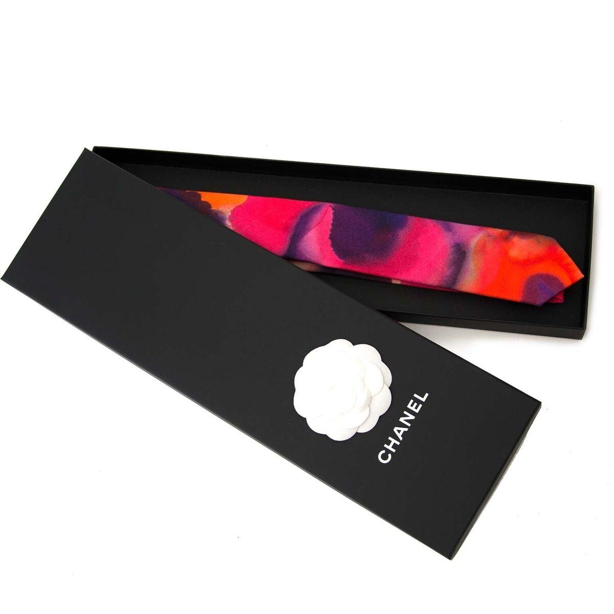 Koop authentieke tweedehands Chanel waterkleur Multi kleur stropdas aan een eerlijke prijs bij LabelLOV. Veilig online shoppen.