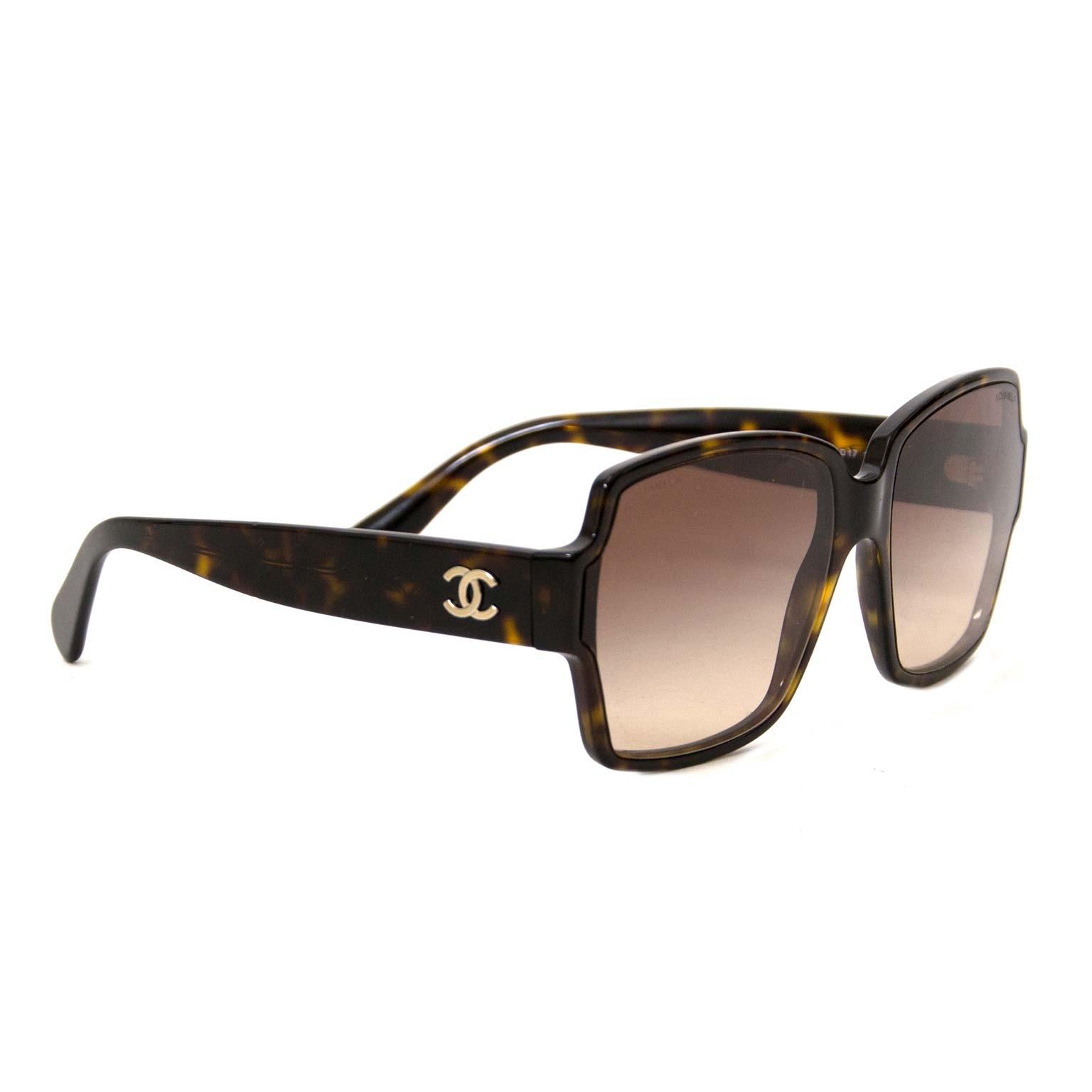 Chanel Brown Tortoise Square Sunglasses te koop  bij Labellov
