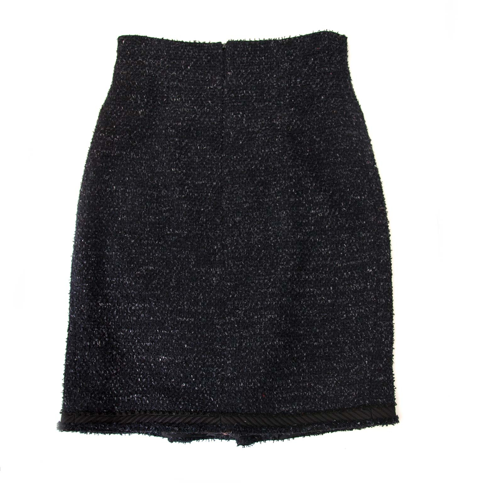 Chanel Black & Blue Tweed Skirt - Size 38 (FR) Buy authentic designer Chanel secondhand skirt clothing at Labellov at the best price. Safe and secure shopping. Koop tweedehands authentieke Chanel rok rokken kleding kledij bij designer webwinkel labellov.