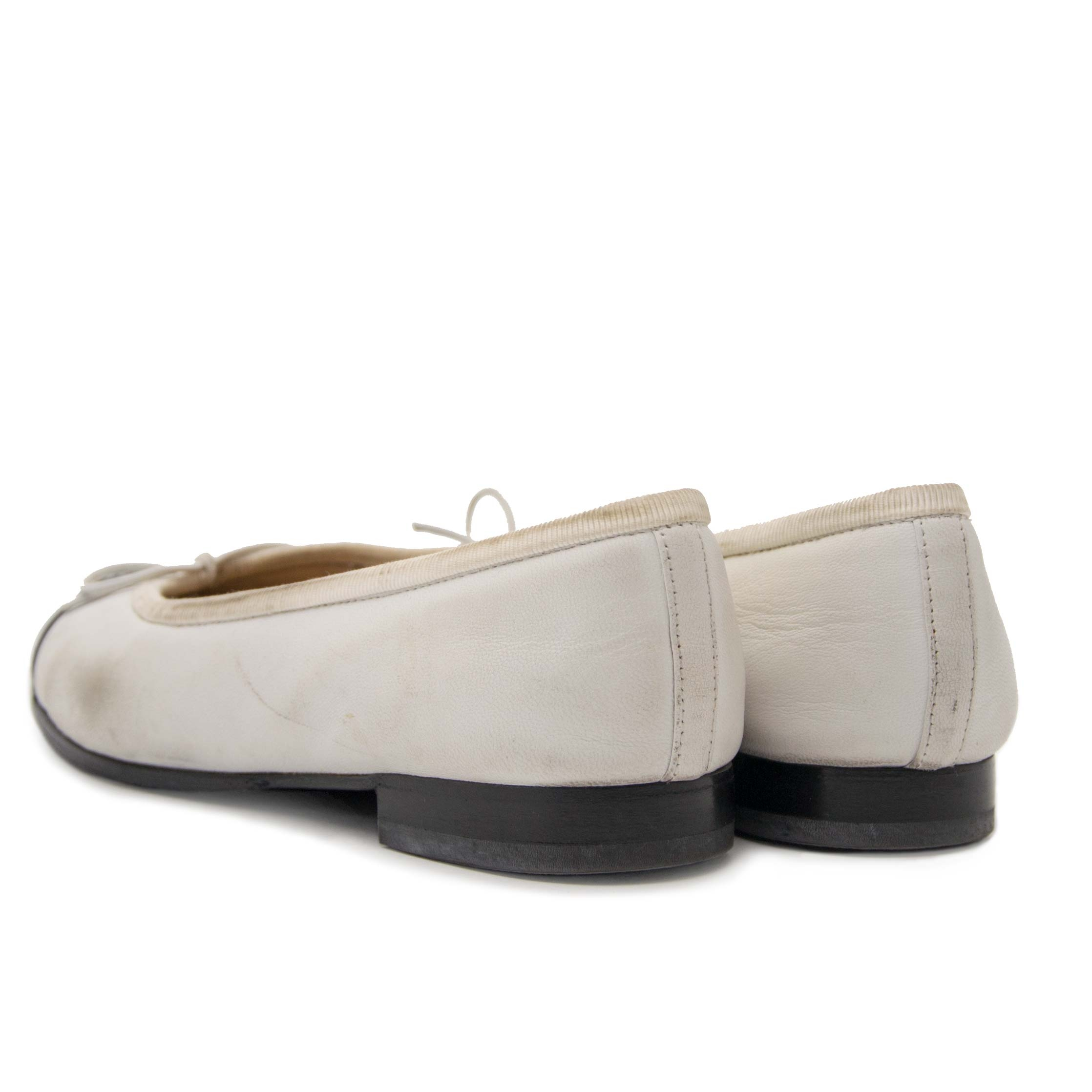 Chanel White & Black Ballet Flats - Size 35 Buy authentic designer Chanel secondhand shoes flats ballerinas at Labellov at the best price. Safe and secure shopping. Koop tweedehands authentieke Chanel schoenen bij designer webwinkel labellov.
