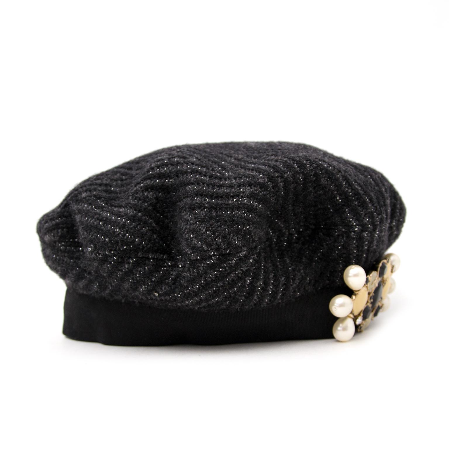 Achetez sans risque un vrai Chanel gris béret sur www.labellov.com au meilleur prix.
