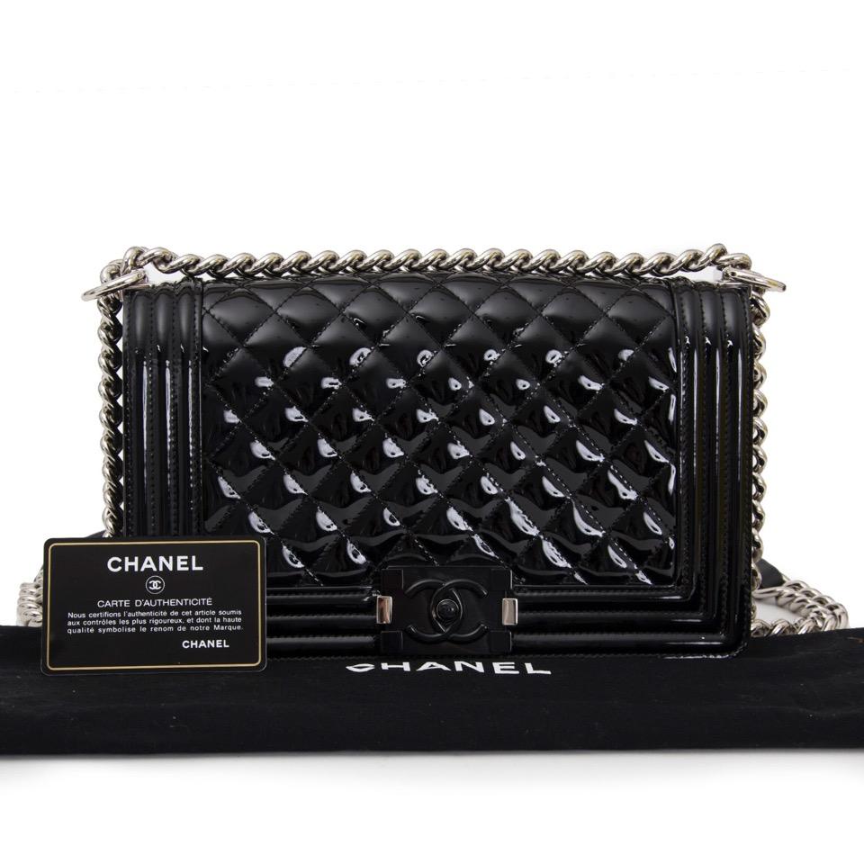 acheter en ligne comme neuf pour le meilleur prix sac a main Chanel Black patent Medium Boy Bag
