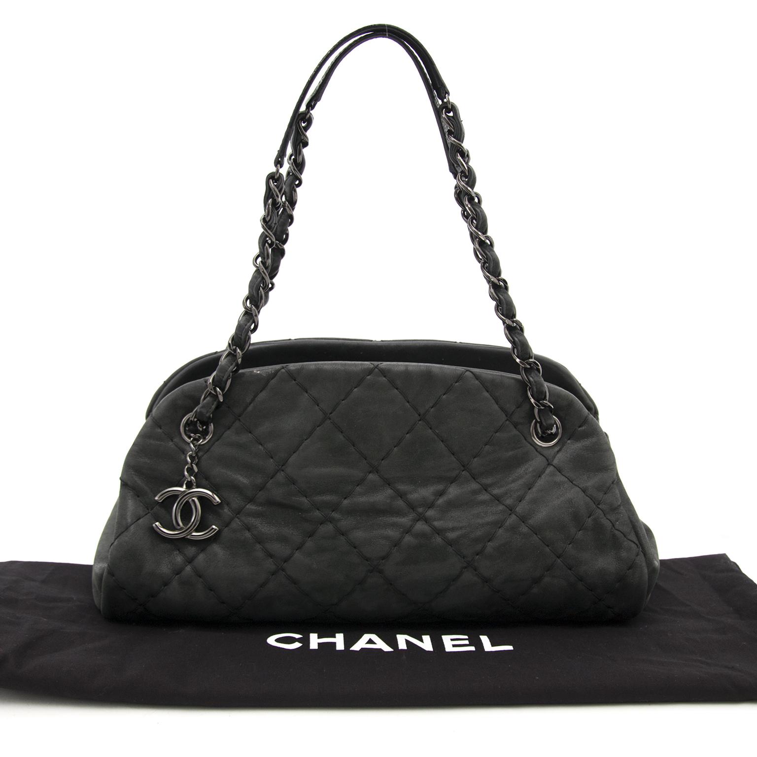 Buy authentic secondhand Chanel bags at the right price at Labellov vintage webshop. Safe and secure online shopping. Koop authentieke tweedehands Chanel tassen met juiste prijs bij Labellov. Achetez en ligne chez Labellov pour le meilleur prix.