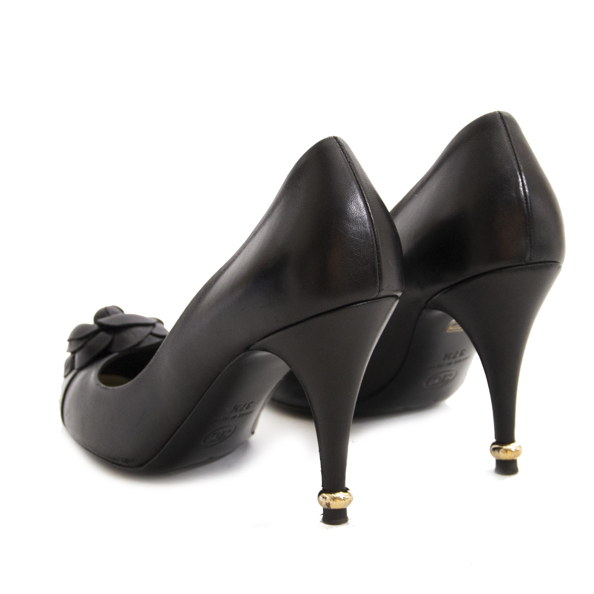 Chanel Black Camellia Heels - 37,5 (Labellov) For the best price at LabelLov. Pour le meilleur prix à LabelLOV. Voor de beste prijs bij LabelLOV.