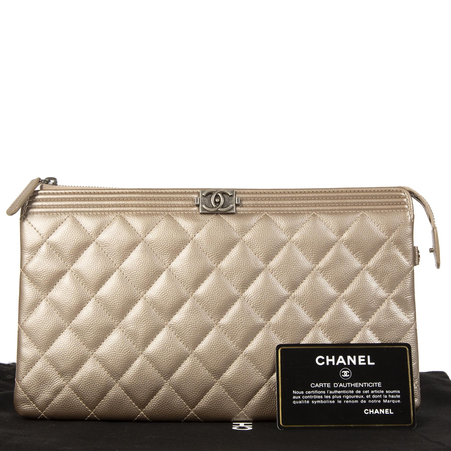 Authentieke tweedehands Chanel Boy Quilted Calfskin Gold Metallic Leather Clutch juiste prijs veilig online winkelen LabelLOV webshop luxe merken winkelen Antwerpen België mode fashion