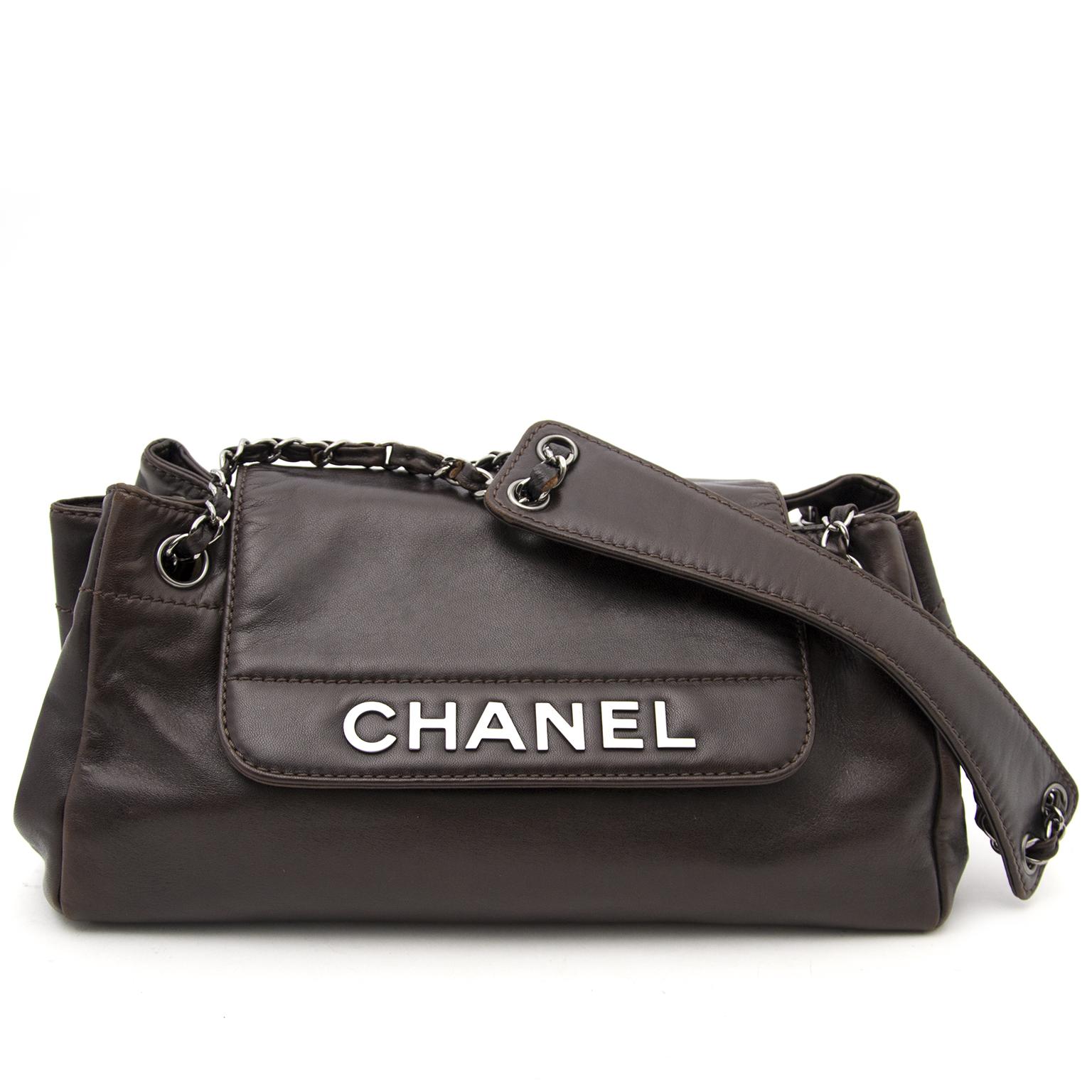 216894bd0b00 ... without Koop nu een tweedehands Bruine Chanel schouder tas nu veilig  verkrijgbaar op www.labellov.