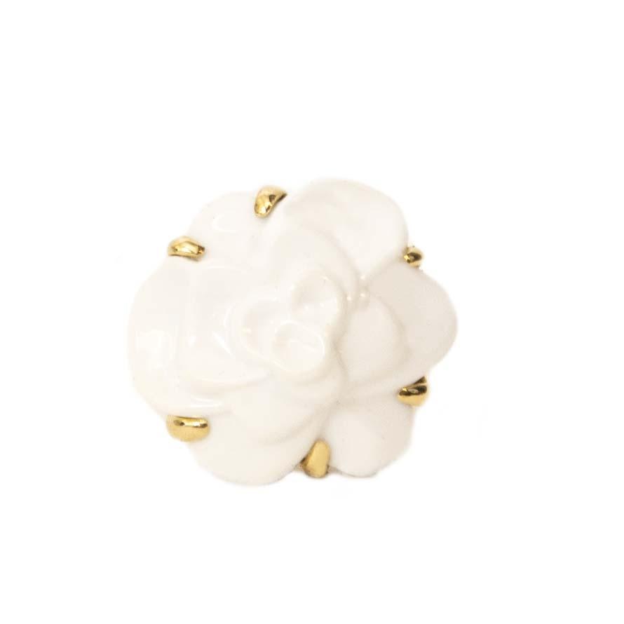 op zoek naar een Chanel White Agate Gold Camellia Ring? Nu te koop bij labellov.com tegen de beste prijs