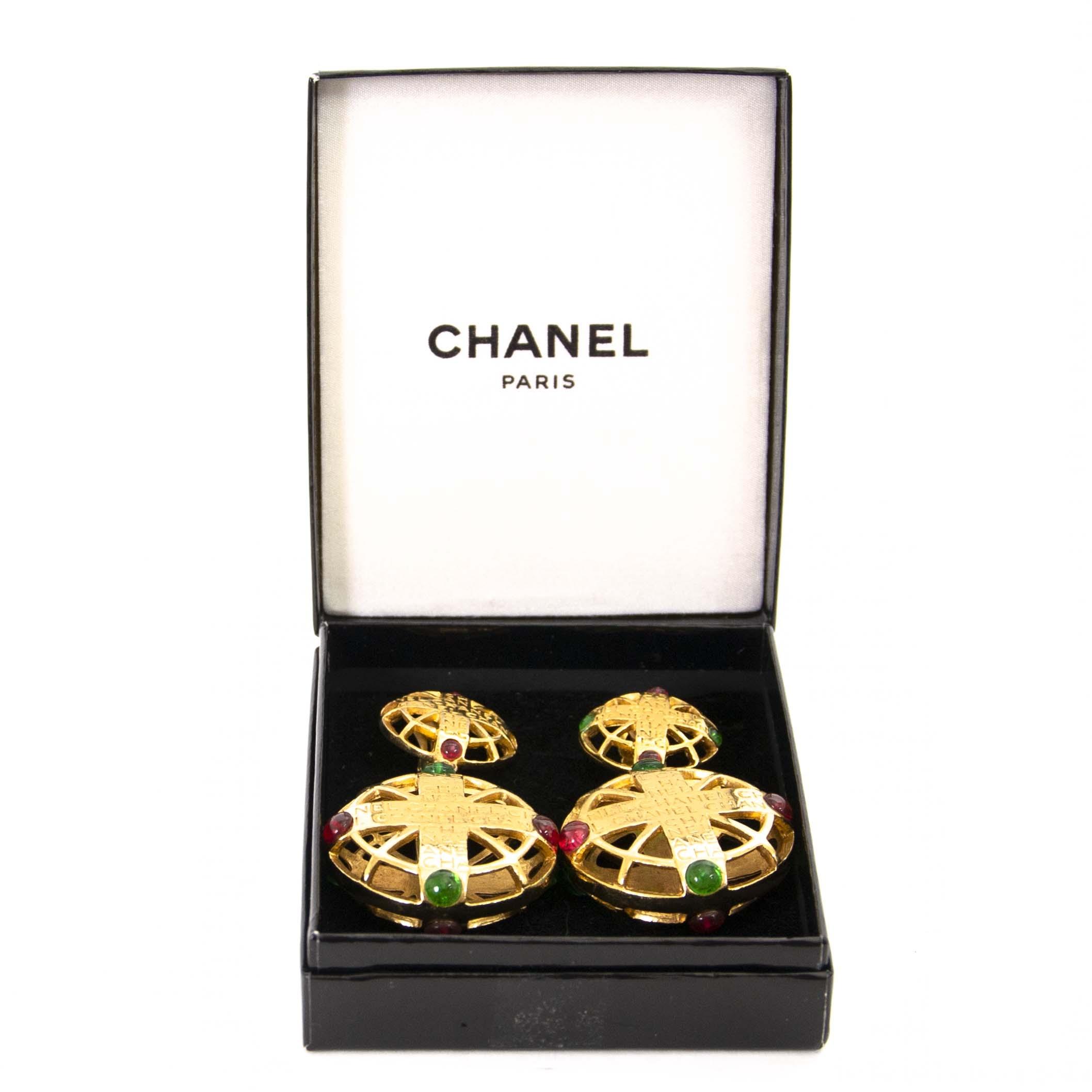 Authentieke tweedehands Chanel golden pendant earrings with red and green gems juiste prijs veilig online winkelen LabelLOV webshop
