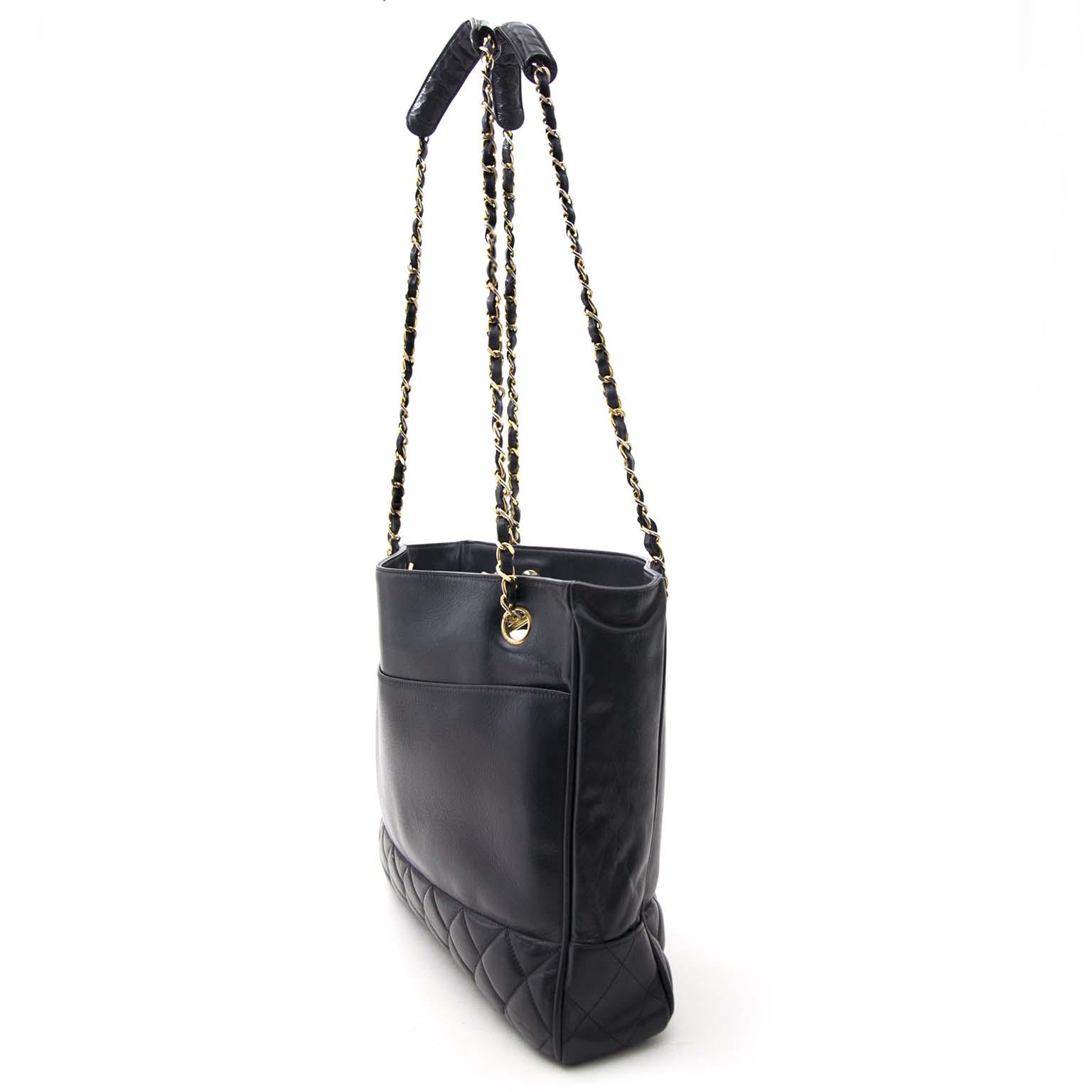 7654938941be8 ... op zoek naar een zwarte vintage chanel tas  Nu online te koop bij  labellov.