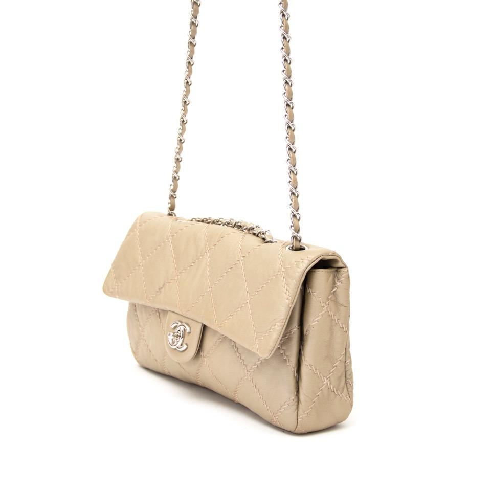 9cc5e33ac5f5 ... Authentieke Chanel Beige East West Ultra Stitch Flap Handtas voor  juiste prijs bij LabelLOV vintage webshop
