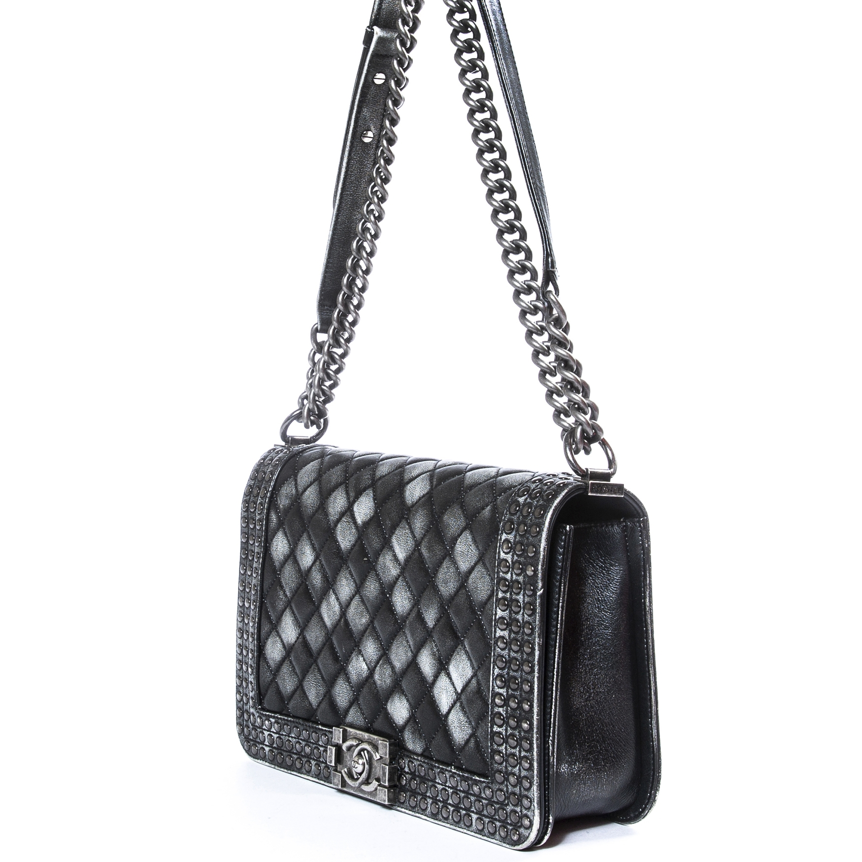 c8d2b59db28a Chanel New Medium Ombre Boy Bag for sale online at Labellov Koop en verkoop  uw authentieke designer handtassen aan de beste prijs bij Labellov