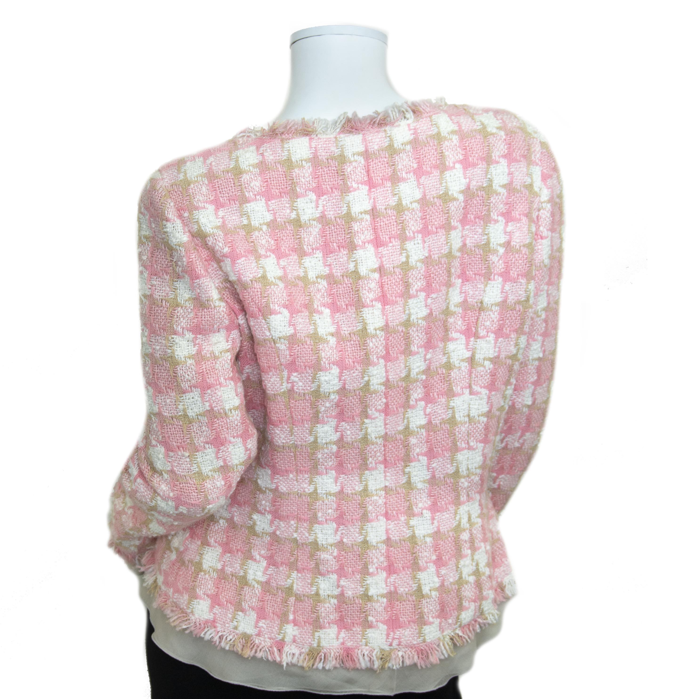 For the best price at LabelLov. Chanel Pink Tweed Jacket. Pour le meilleur prix à LabelLOV. Voor de beste prijs bij LabelLOV.