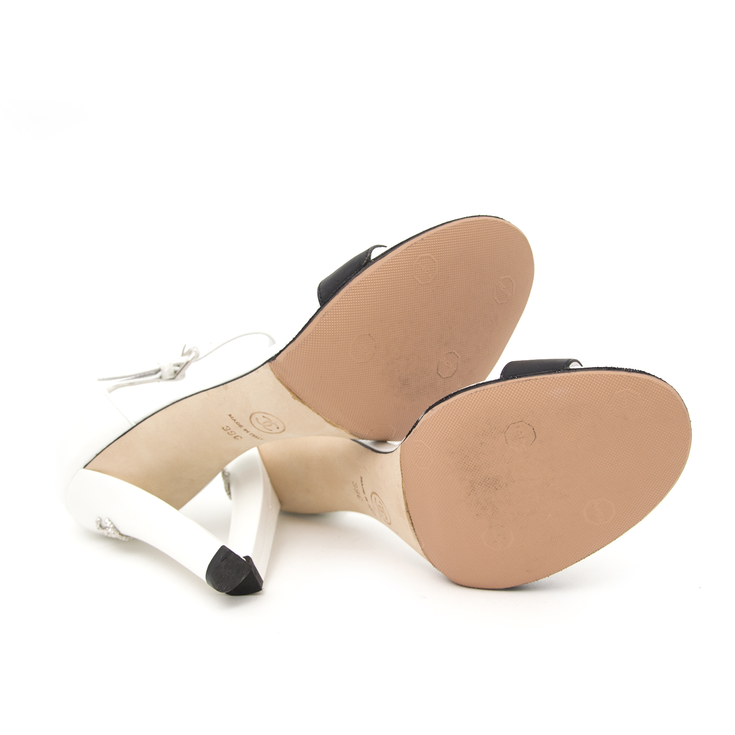 Vintage Chanel white heels for the best price at Labellov webshop. Safe and secure online shopping with 100% authenticity. Vintage Chanel blanc talons pour le meilleur prix.