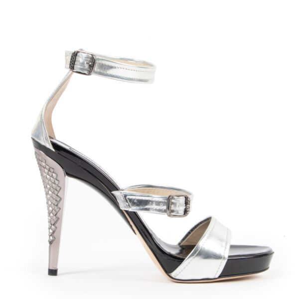 These Jimmy Choo Silver Pumps - Size 40 are available and longing for a new home. Buy and sell your designer shoes in store or online at Labellov