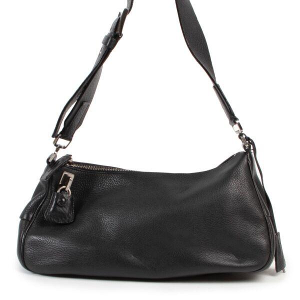Veilig online kopen van een authentieke tweedehands Prada zwart schouder handtas aan de juiste prijs.