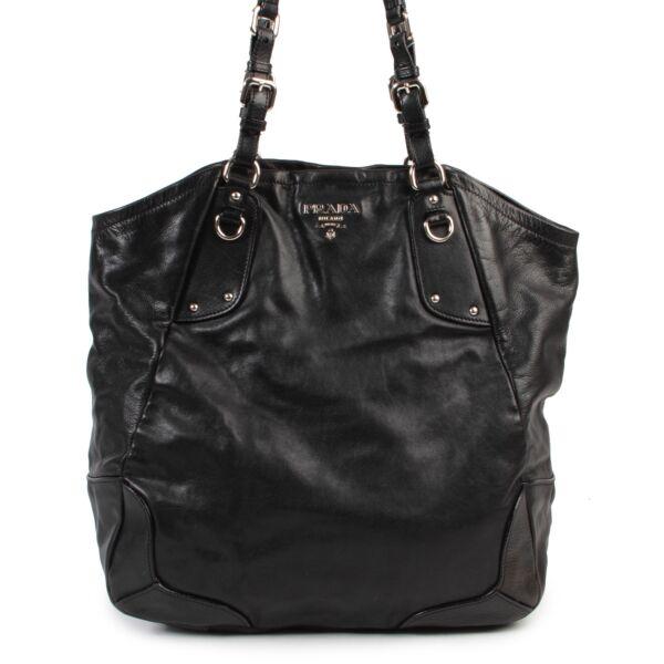 Veilig online kopen van authentieke Prada zwarte schouder handtas aan de juiste prijs.