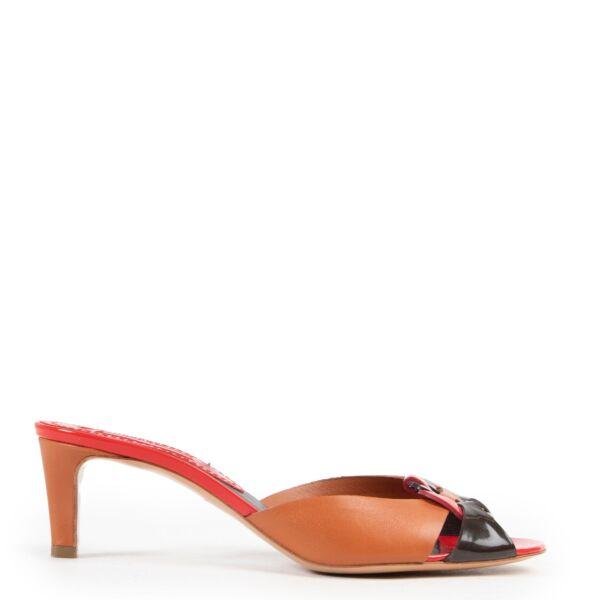 Buy authentic secondhand Céline pumps at Labellov vintage fashion webshop for the lowest price. Koop authentieke tweedehands Céline pumps bij Labellov vintage mode webshop aan de laagste prijs.