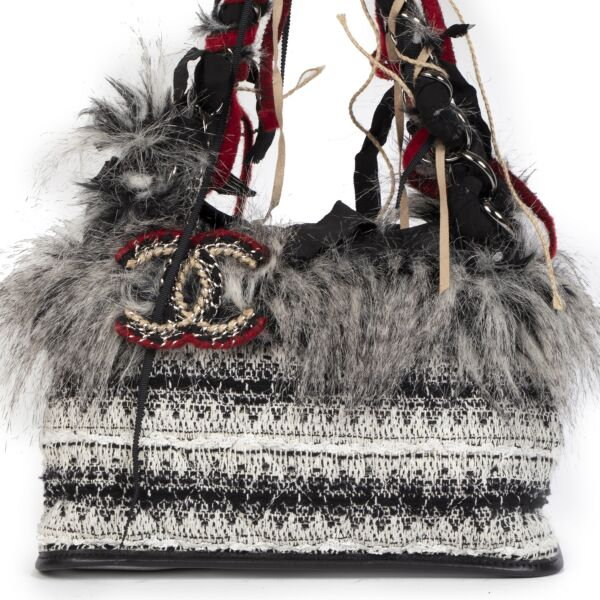 Buy authentic secondhand Chanel Inuit Tweed Fantasy Faux Fur Tote at the right price at LabelLOV vintage webshop. Safe and secure online shopping. Koop authentieke tweedehands Chanel Inuit Tweed Fantasy Faux Fur Tote met de juiste prijs bij LabelLOV