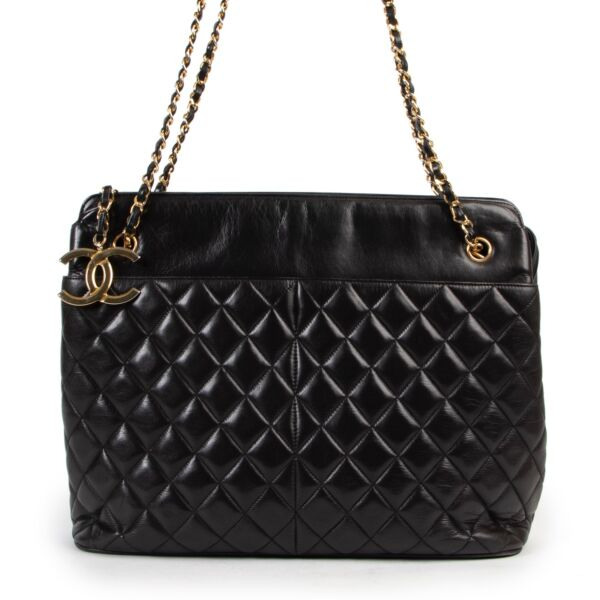 Now availabel to be bought at Labellov Luxury. buy and sell your designer items at Labellov for a reasonable price and with great service. Get this Chanel Vintage Black Quilted Shopper now online or in store