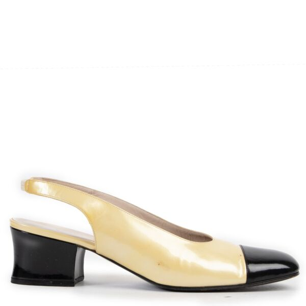 Shop safe online at Labellov in Antwerp this 100% authentic second hand Chanel Yellow and Black Patent Leather Pumps - Size 40