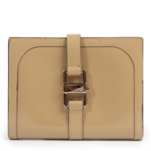 Second hand vintage Gucci wallet in beige.