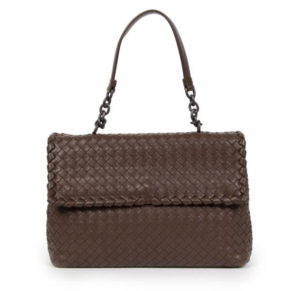 Koop luxe merk cadeaus aan de juiste prijs bij LabelLOV Antwerpen. Authentieke Bottega Veneta Olimpia te koop bij LabelLOV.