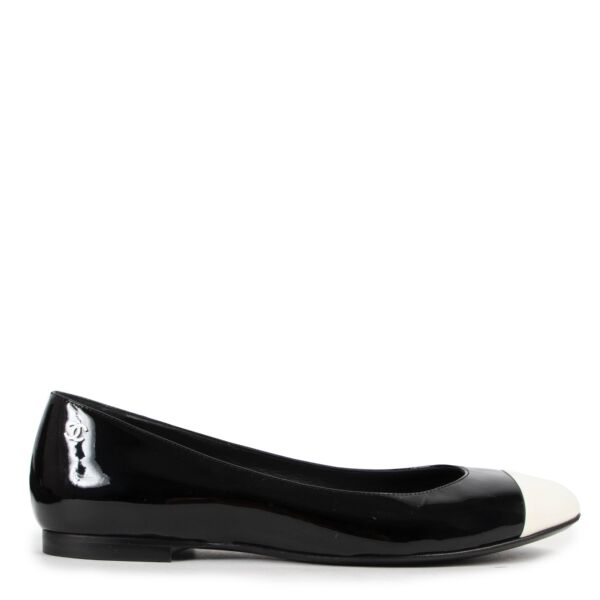 Shop safe online at Labellov in Antwerp these 100% authentic Chanel Black And White Patent Ballet Flats - size 38