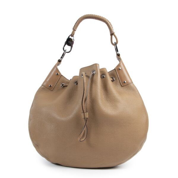 Buy this authentic second-hand vintage Gucci Cognac Leather Shoulder Bag at online webshop LabelLOV. Safe and secure shopping. Koop deze authentieke tweedehands vintage Gucci Cognac Leather Shoulder Bag bij online webshop LabelLOV.