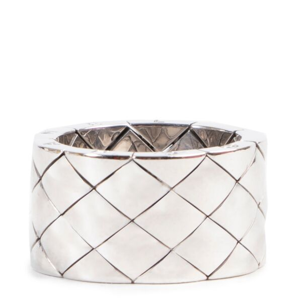 Koop veilig online op labellov.com Chanel wit goud quilted ring.