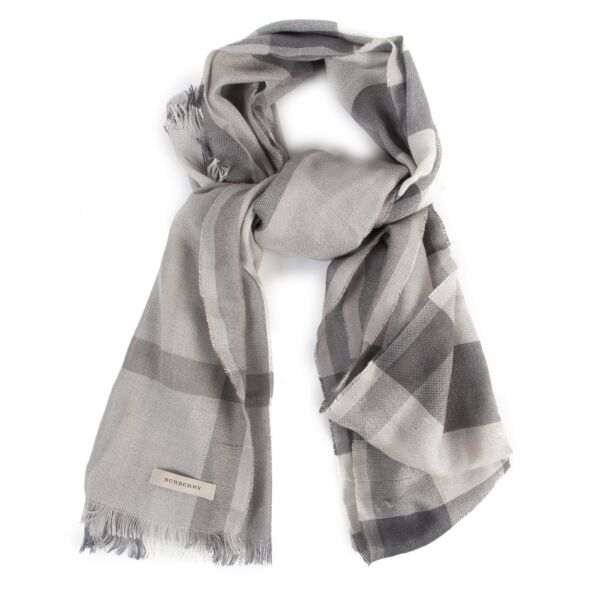 Buy authentic secondhand Burberry scarves at the right price at LabelLOV vintage webshop.