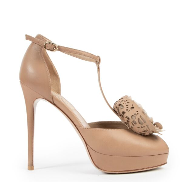 These Valentino Scarpe Camel, Nude Pumps - Size 36 are in good preloved condition available online or in store at Labellov Antwerp