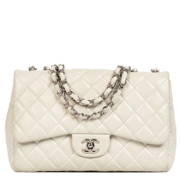 Chanel Soft Grey Classic Jumbo Flap Bag te koop aan de beste prijs bij Labellov tweedehands luxe