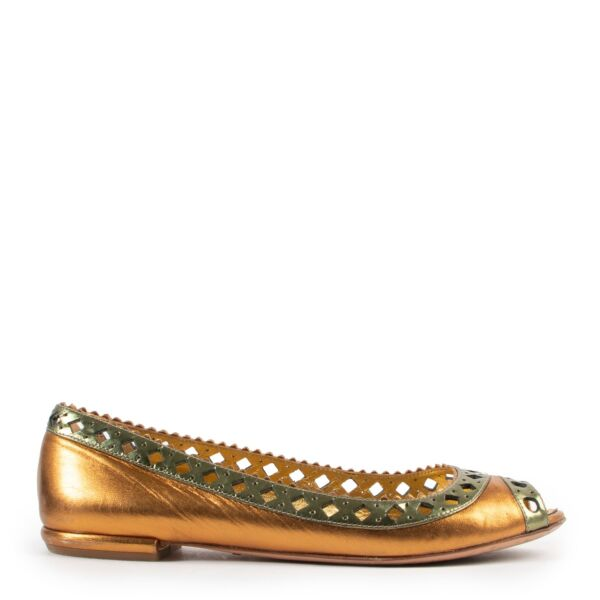 Shop safe online at Labellov in Antwerp these 100% authentic second hand Prada Gold Leather Flats - Size 38