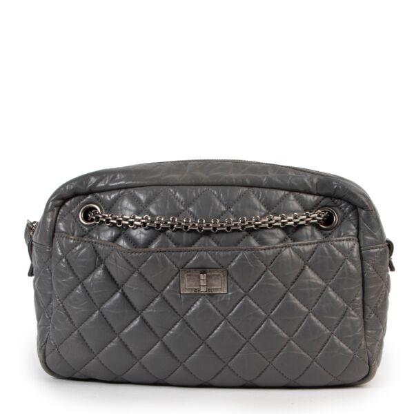 Veilig online kopen van Chanel grijs reissue camera handtas