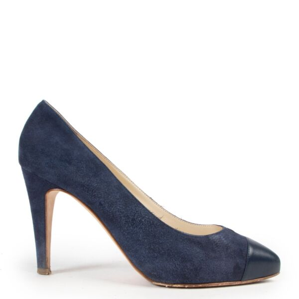 Shop safe online authentic second hand Chanel Blue Nubuck Pumps in Size 38,5 in very good condition and at the right price at labellov.com.