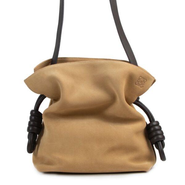 Achetez en ligne en toute sécurité ce Loewe Suede Flamenco Knot sac à bandoulière en daim beige.