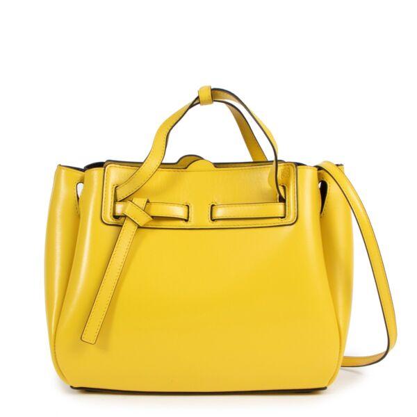 Achetez en ligne en toute sécurité ce Loewe jaune Lazo cross-body sac.
